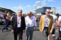 Chase Carey, CEO en voorzitter van de Formula One Group, Luca Colajanni, Formula One Senior Communic