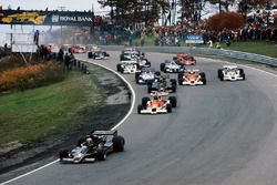 Mario Andretti Lotus 78 Ford precede James Hunt McLaren M26 Ford, Gunnar Nilsson Lotus 78 Ford, Joch