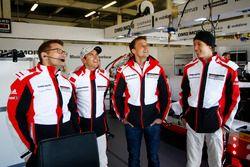 Andreas Seidl, Teamchef, Porsche Team LMP; Timo Bernhard, Earl Bamber, Brendon Hartley, Porsche Team