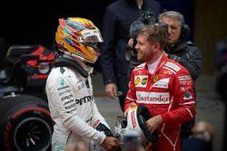 Lewis Hamilton, Mercedes AMG; Sebastian Vettel, Ferrari, im Parc Ferme