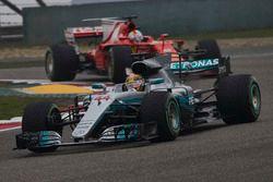 Lewis Hamilton, Mercedes AMG F1 W08, voor Sebastian Vettel, Ferrari SF70H