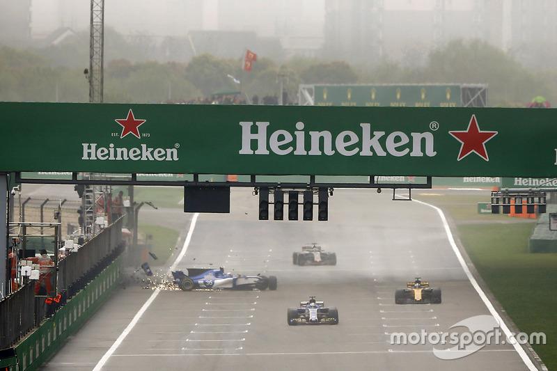 Outro que errou, mas com consequências mais graves, foi Antonio Giovinazzi. O piloto da Sauber bateu no meio da reta dos boxes.