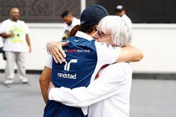 Bernie Ecclestone, presidente honorario de la fórmula 1, con Felipe Massa, Williams en el paddock