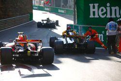 Des commissaires assistent Jolyon Palmer, Renault Sport F1 Team RS17, après son crash