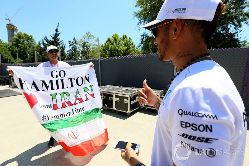 Fan y bandera de Lewis Hamilton, Mercedes AMG F1