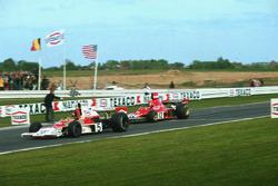 Эмерсон Фиттипальди и Ники Лауда пересекают финишную черту в гонке на трассе «Нивель-Болер»