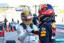 Lewis Hamilton, Mercedes AMG F1 met Max Verstappen, Red Bull Racing in parc ferme
