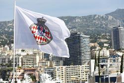Flagge von Monaco im Hafen von Monte Carlo