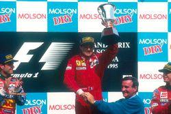 Podium: 1. Jean Alesi, Ferrari; 2. Rubens Barrichello, Jordan; 3. Eddie Irvine, Jordan, mit Pierre Bourque, Bürgermeister von Montreal