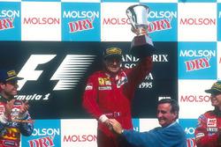 Podium : le vainqueur Jean Alesi, Ferrari, le second Rubens Barrichello, Jordan, le troisième Eddie Irvine, Jordan, Pierre Bourque, maire de Montréal