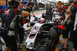 Antonio Giovinazzi, Haas F1 Team VF-17, in the pits