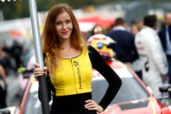 La grid girl di Augusto Farfus, BMW Team RMG, BMW M4 DTM