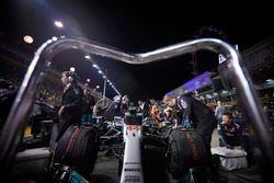 Het Mercedes-team prepareert de wagen van Lewis Hamilton, Mercedes AMG F1 W08