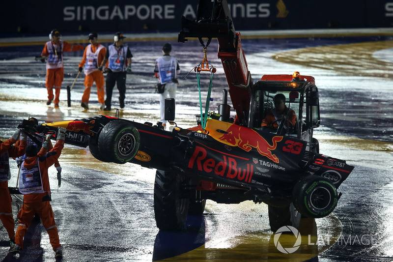 De auto van Max Verstappen, Red Bull Racing RB13 wordt geborgen