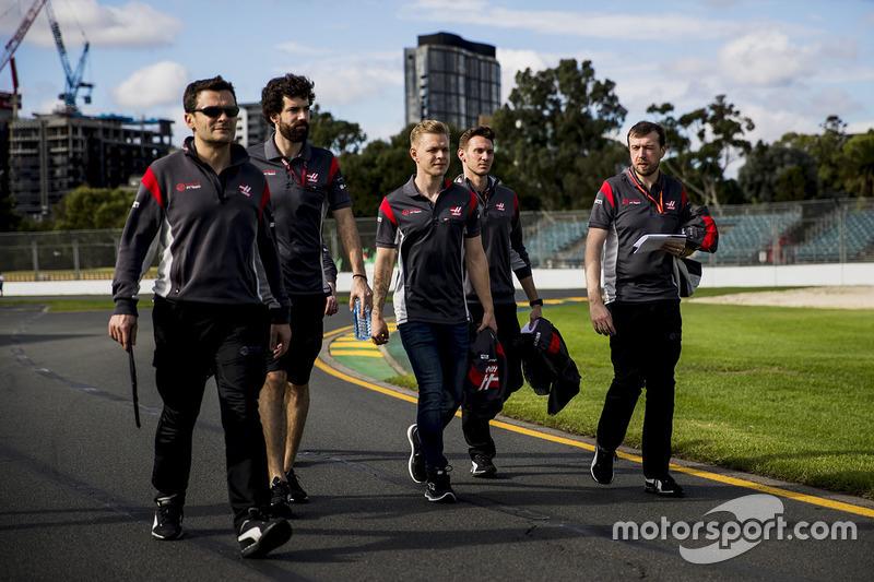 Trackwalk mit dem Team: Kevin Magnussen, Haas F1 Team; Romain Grosjean, Haas F1 Team Haas