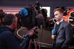 Un reporter est filmé devant la McLaren MCL32