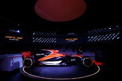 Zak Brown, Direttore Esecutivo McLaren Technology Group, parla al presentatore Simon Lazenby della McLaren MCL32