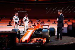 Stoffel Vandoorne und Fernando Alonso mit Simon Lazenby und dem McLaren MCL32