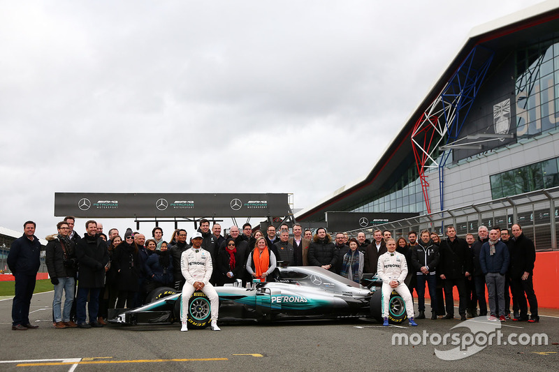 Lewis Hamilton, Mercedes AMG F1, Valtteri Bottas, Mercedes AMG F1 en teambaas Toto Wolff met gasten