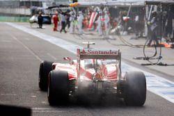 Kimi Räikkönen, Ferrari SF16-H, rentre au stand avec un début d'incendie