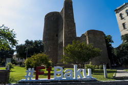 Baku-Hashtag in der Altstadt von Baku