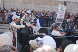 O outro trio da Porsche entrou no jogo da galera. Hartley, inclusive, desceu do carro para dar autógrafos