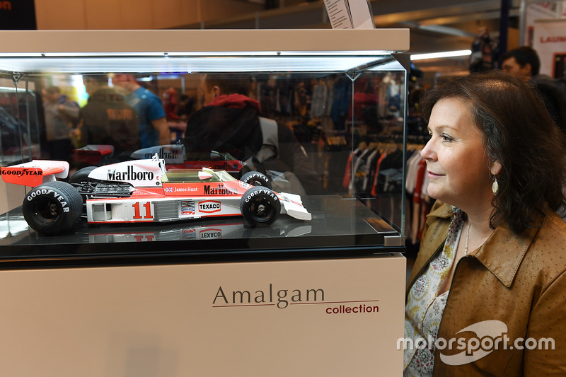 Un fan examine une miniature de la McLaren M23 de 1976 par Amalgam