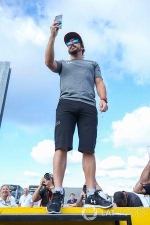 Fernando Alonso, McLaren, prend une photo