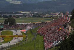 Valtteri Bottas, Mercedes AMG F1 F1 W08 mène au départ alors que Max Verstappen, Red Bull Racing RB13 et Fernando Alonso, McLaren MCL32 se percutent