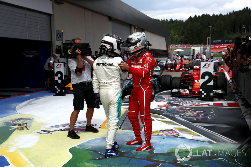 Ganador, Valtteri Bottas, Mercedes AMG F1 celebra con Sebastian Vettel, Ferrari en Parc Fermme