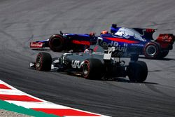 Romain Grosjean, Haas F1 Team VF-17, front puncture and Daniil Kvyat, Scuderia Toro Rosso STR12 spin