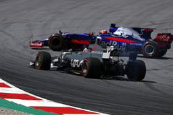 Romain Grosjean, Haas F1 Team VF-17, front puncture and Daniil Kvyat, Scuderia Toro Rosso STR12 spins