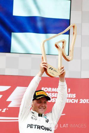 Valtteri Bottas, Mercedes AMG F1, ontvangt zijn trofee