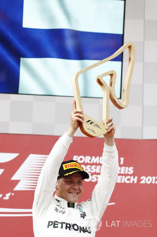 Valtteri Bottas, Mercedes AMG F1, alza il trofeo del vincitore sul podio