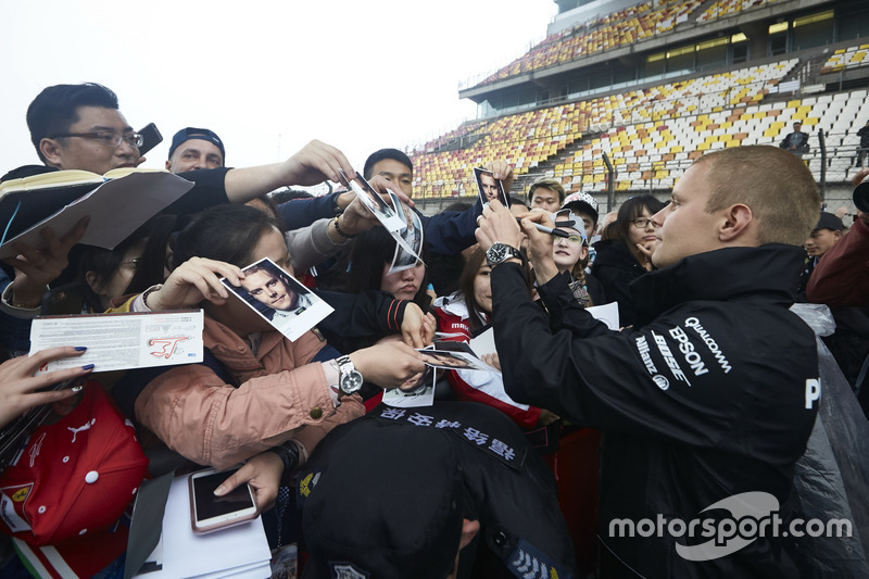 Valtteri Bottas, Mercedes AMG F1, gibt Autogramme