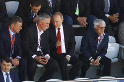 Primer Ministro ruso, Dimitry Medvedev, Chase Carey, Chairman, Vladimir Putin y Bernie Ecclestone