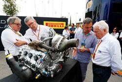 Didier Perrin, Ross Brawn y Charlie Whiting con el nuevo motor de F2