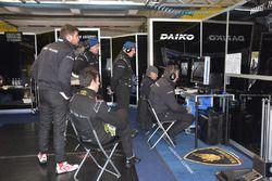 I tecnici dell'Orange1 Team Lazarus seguono la gara dal box