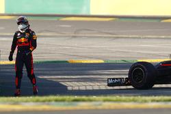 Гонщик Red Bull Racing Даниэль Риккардо возвращается в боксы после схода