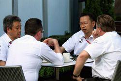 Eric Boullier, Director de carreras de McLaren y Zak Brown, Director Ejecutivo de McLaren, con Yusuk