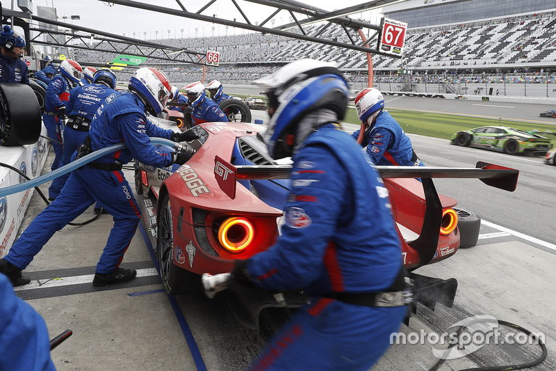 #67 Ford Performance Chip Ganassi Racing Ford GT: Ryan Briscoe, Richard Westbrook, Scott Dixon, pit action