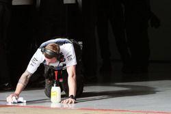 McLaren, meccanico pulisce il pavimento del box