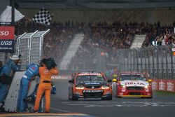 Sieger Nick Percat, Lucas Dumbrell Motorsport Holden