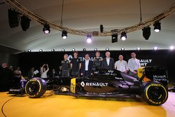 Kevin Magnussen, Renault F1 Team, Esteban Ocon, Renault Sport F1 Team testrijder, Carlos Ghosn, voorzitter Renault, Jolyon Palmer, Renault Sport F1 Team, Jerome Stoll, Renault Sport F1 President, Frederic Vasseur, Renault Sport Formula One Team Racing Director, Cyril Abiteboul, Renault Sport F1 Managing Director