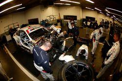 Машина Лукаса Лура, Джона Эдвардса, Куно Виттмера и Грэма Рейхола, #100 BMW Team RLL BMW M6 GTLM в гараже