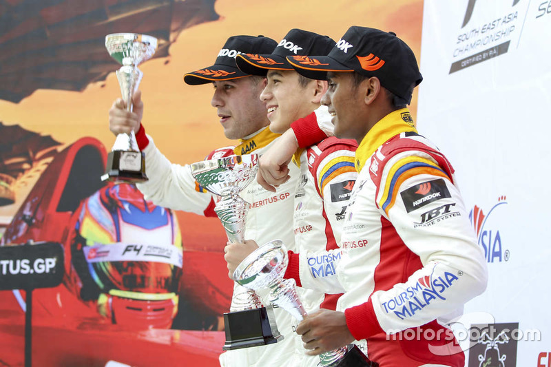 Podium: Pemenang balapan Danial Frost, Faine Kahia, Akash Gowda
