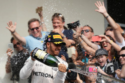 Racewinnaar Lewis Hamilton, Mercedes AMG F1 viert feest met champagne