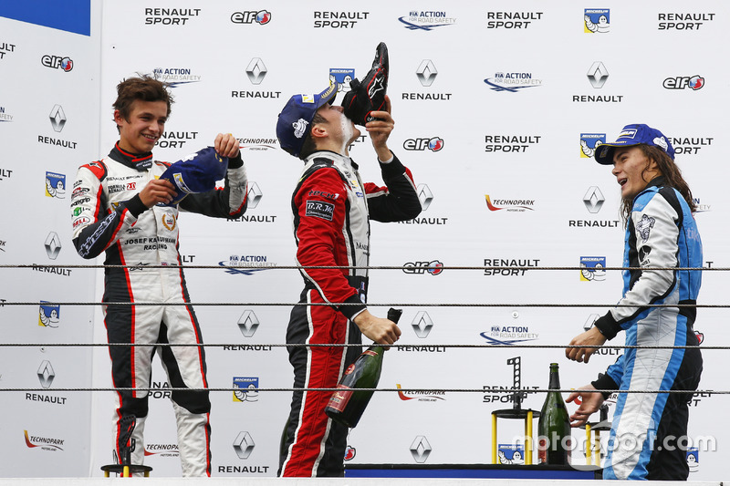 Podium: ganador, Sacha Fenestraz, Tech 1 Racing