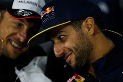 Daniel Ricciardo, Red Bull Racing et Jenson Button, McLaren discutent lors de la conférence de presse