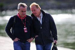 Carlos Sainz, Scuderia Toro Rosso, avec Jonathan Palmer, Renault Sport F1 Team